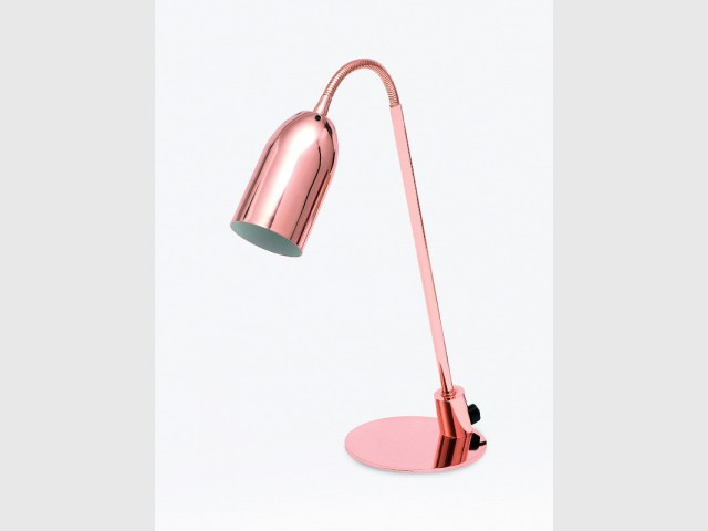 Dans le bureau, une lampe à poser cuivre rosé - Tendance cuivre rosé