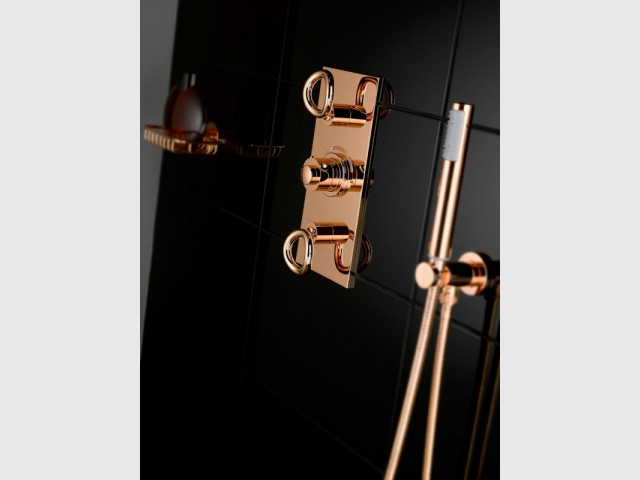 Dans la salle de douche, une robinetterie de douche cuivre rosé - Tendance cuivre rosé