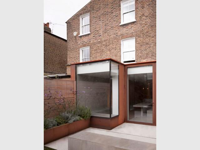 Une façade en acier et une toiture terrasse - Extension sur une maison victorienne