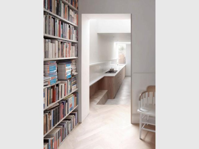 Un sol identique comme un lien visuel entre salon et cuisine - Extension sur une maison victorienne