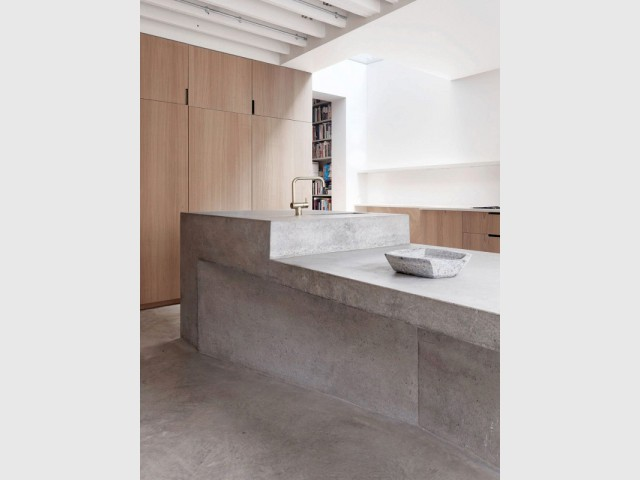 Un meuble de rangement central pour séparer la cuisine du salon - Extension sur une maison victorienne