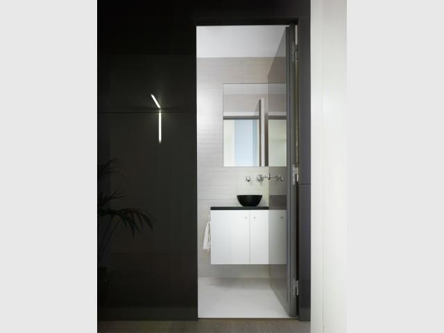 Des sanitaires bien cachés - Un intérieur minimaliste noir et blanc