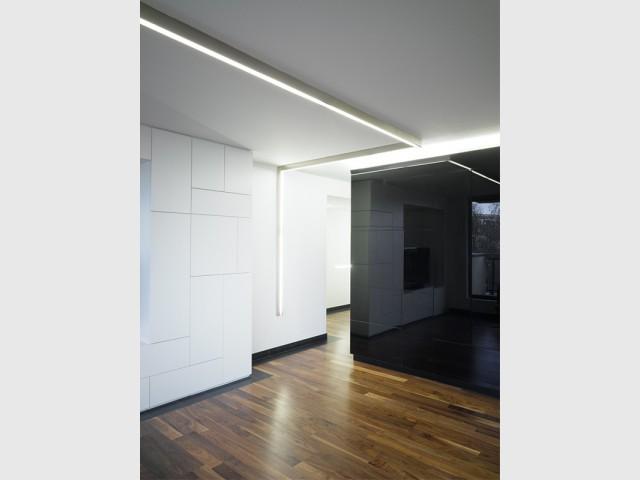 La lumière, un matériau à part entière - Un intérieur minimaliste noir et blanc