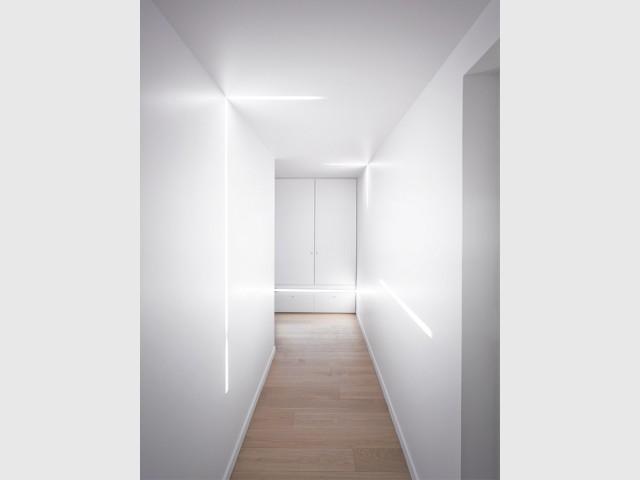 Un couloir mystérieux - Un intérieur minimaliste noir et blanc