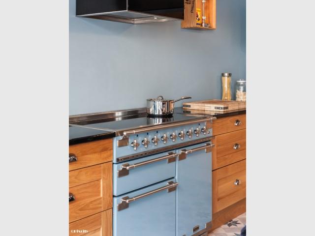 Une cuisinière coup de cœur comme point de départ de la décoration - Bois brut et style industriel pour une cuisine ouverte sur une terrasse