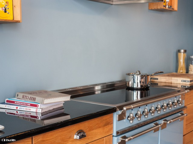 Un plan de travail résistant en pierre de lave - Bois brut et style industriel pour une cuisine ouverte sur une terrasse