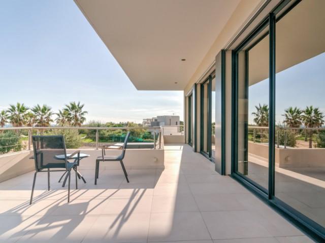Une terrasse en partie couverte pour protéger du soleil l'été - Archionline / François Thoulouze