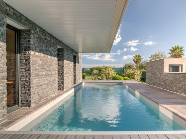 Une piscine accessible directement à partir des chambres - Archionline / François Thoulouze