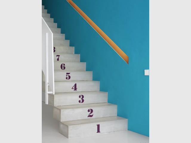 Des chiffres au pochoir pour un escalier au style industriel - Escaliers personnalisés