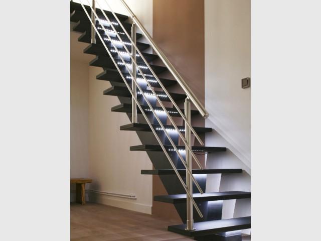 Des bandeaux LED sous les marches pour un escalier futuriste - Escaliers personnalisés