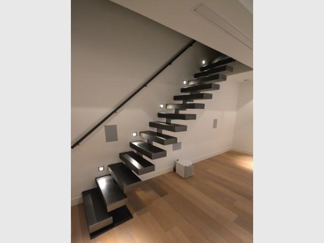Des spots lumineux contre le mur pour un escalier théâtral   - Escaliers personnalisés