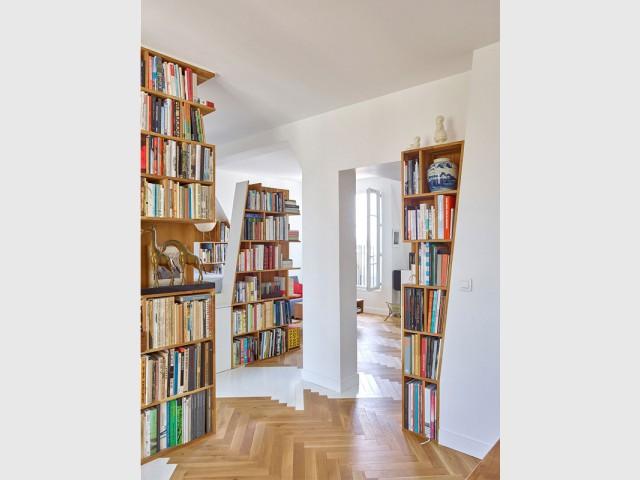 Des totems diversifiés qui uniformisent l'espace - Un appartement structuré et dynamisé par des livres
