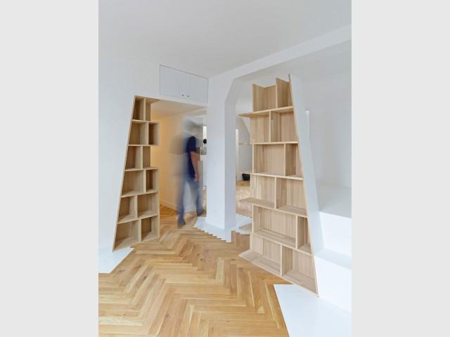 Un vaste espace à vivre formant une grande diagonale - Un appartement structuré et dynamisé par des livres