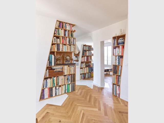 Les murs dégoulinent jusque sur le sol - Un appartement structuré et dynamisé par des livres