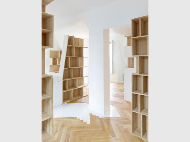 Des totems puissants même vides - Un appartement structuré et dynamisé par des livres