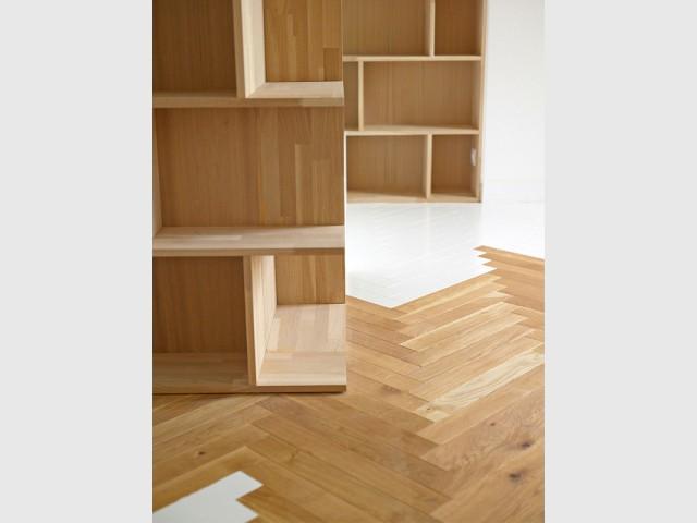 Contraste bois/peinture blanche - Un appartement structuré et dynamisé par des livres