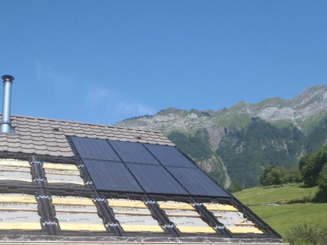 Un emplacement idéal pour produire de l'énergie solaire - Une maison avec panneaux solaires hybrides