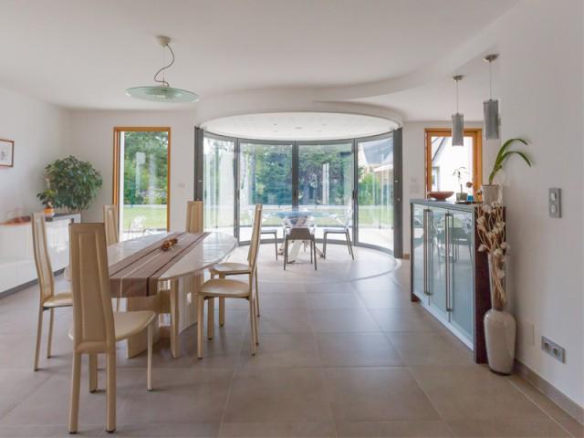 Fiche technique - Une salle à manger dedans/dehors avec vue panoramique sur l'extérieur