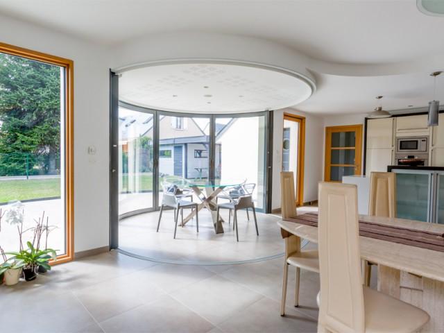 Intégration discrète à l'intérieur du logement - Une salle à manger dedans/dehors avec vue panoramique sur l'extérieur