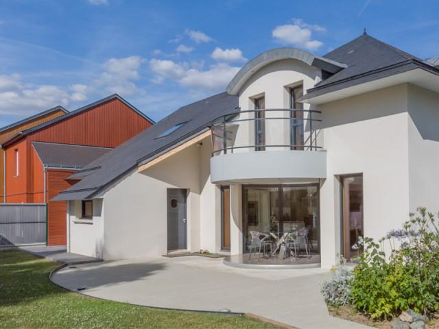 L'architecture de la maison harmonisée  - Une salle à manger dedans/dehors avec vue panoramique sur l'extérieur