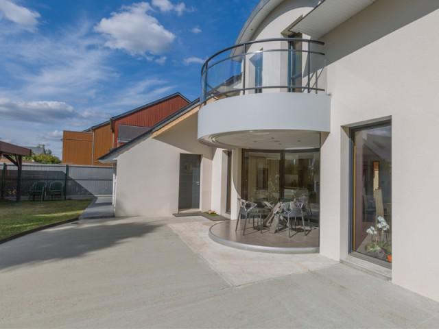 Une construction sur dalle - Une salle à manger dedans/dehors avec vue panoramique sur l'extérieur