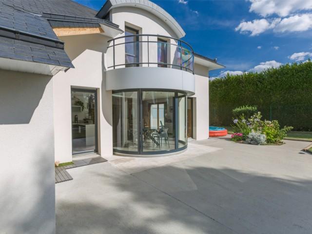 Un sol plan à l'intérieur comme à l'extérieur - Une salle à manger dedans/dehors avec vue panoramique sur l'extérieur
