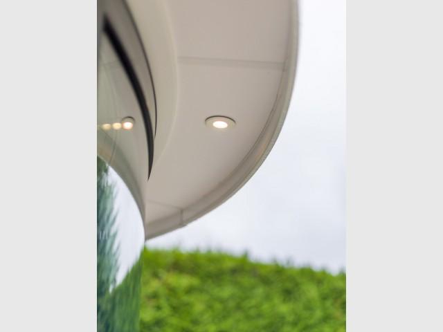 Eclairage extérieur - Une salle à manger dedans/dehors avec vue panoramique sur l'extérieur