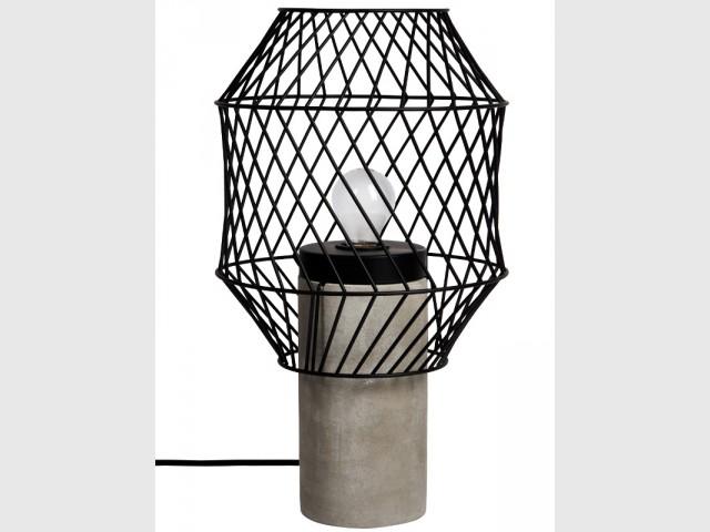 Une lampe à poser en ciment et fils d'acier - Déco Filaire