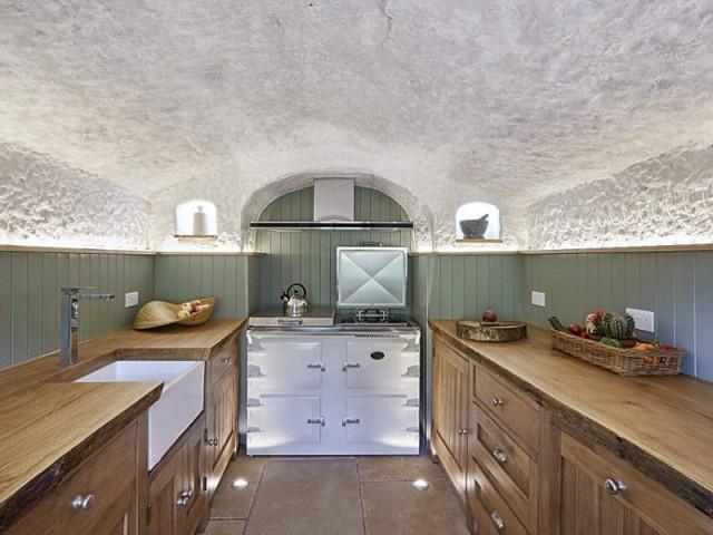 Un plafond vouté naturel - Rockhouse Retreat : la maison troglodyte de luxe