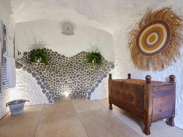 Une salle de bains moderne - Rockhouse Retreat : la maison troglodyte de luxe