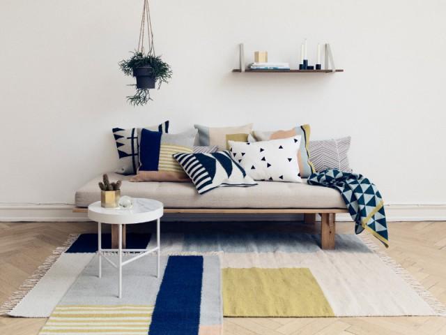 Une composition graphique de coussins assortis au tapis - Quand les coussins dynamisent nos canapés