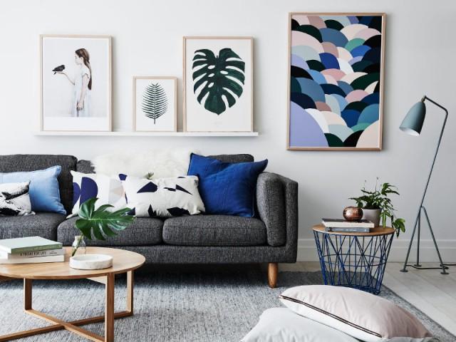 Des coussins assortis aux tableaux de la pièce - Quand les coussins dynamisent nos canapés