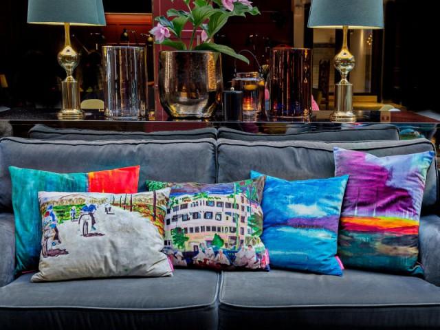 Une composition de coussin comme une peinture aquarelle - Quand les coussins dynamisent nos canapés