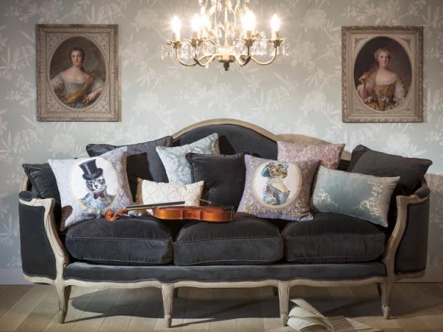 Des coussins aux motifs décalés pour un salon baroque  - Quand les coussins dynamisent nos canapés