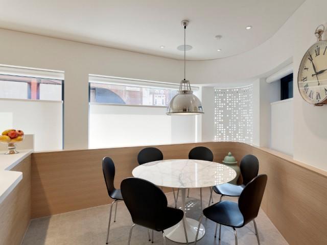 A l'angle de la cuisine, une fenêtre en Hi-Macs® - Flatiron House by FORM Design Architecture