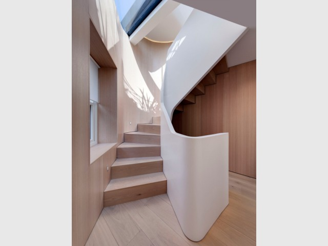 Un escalier en Hi-Macs® comme un ruban épuré - Flatiron House by FORM Design Architecture