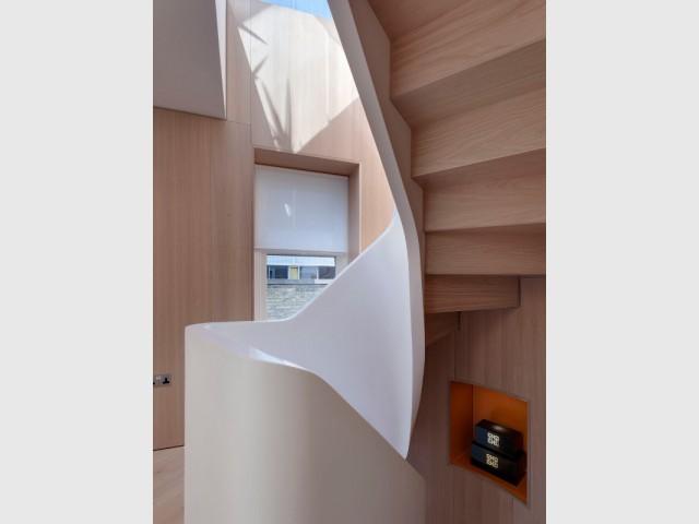 Du bois et de la lumière pour alléger l'escalier - Flatiron House by FORM Design Architecture