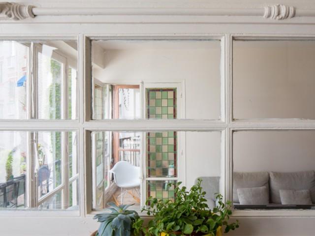 Une porte-fenêtre en guise de verrière intérieure - Un appartement où règne la récup'