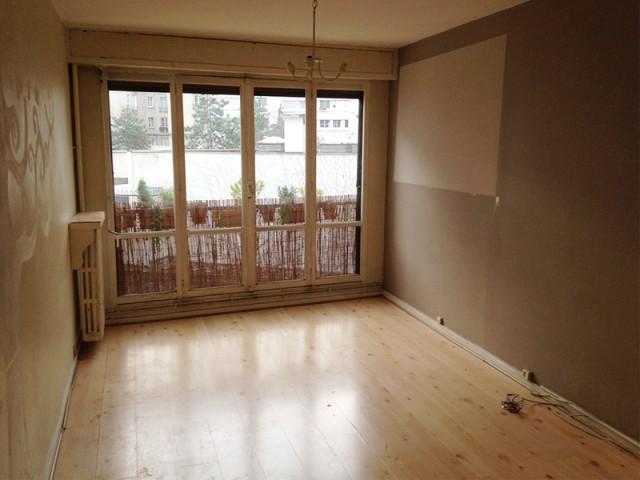 Salon avant : une pièce très cloisonnée et sombre - Un appartement où règne la récup'