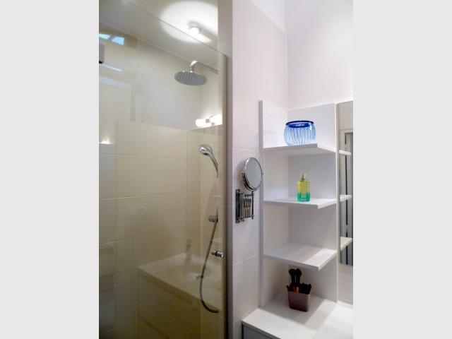 Une douche à l'italienne à la place de la baignoire - Avant/après : un duplex valorisé et optimisé
