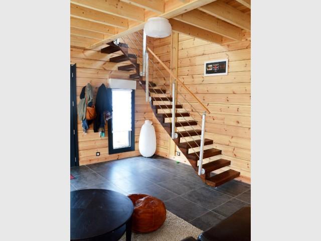 Un escalier en lévitation incrusté dans le bois massif - Maison en bois massif