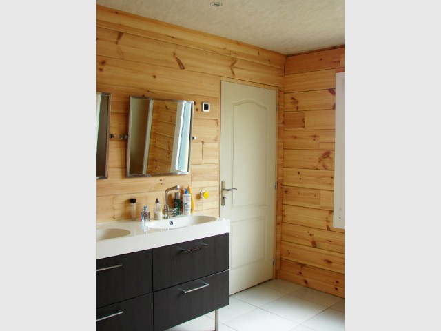 une maison en bois massif inspir e des chalets scandinaves. Black Bedroom Furniture Sets. Home Design Ideas