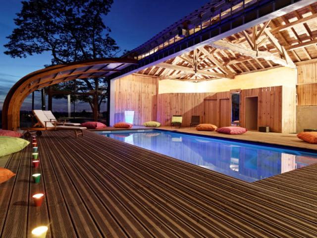 Un abri télescopique qui offre une large ouverture - Un abri de piscine sur un hangar rustique