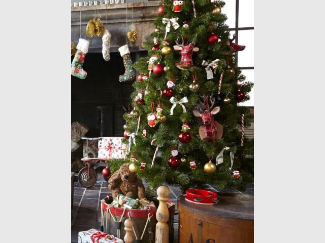 Un sapin traditionnel et ses boules rouges et dorées - Les tendances 2015 du sapin de Noël