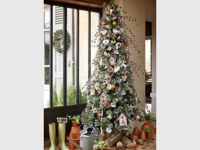 Un sapin naturel et ses branches de pin  - Les tendances 2015 du sapin de Noël