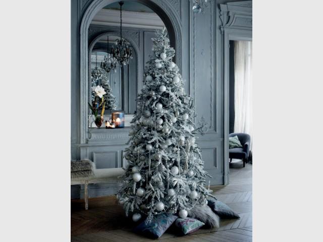 Un sapin givré et ses boules blanches et argentées - Les tendances 2015 du sapin de Noël