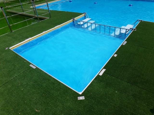 Insolite une piscine flottante installer sur les plans for Liner piscine 4m60 sur 1m20