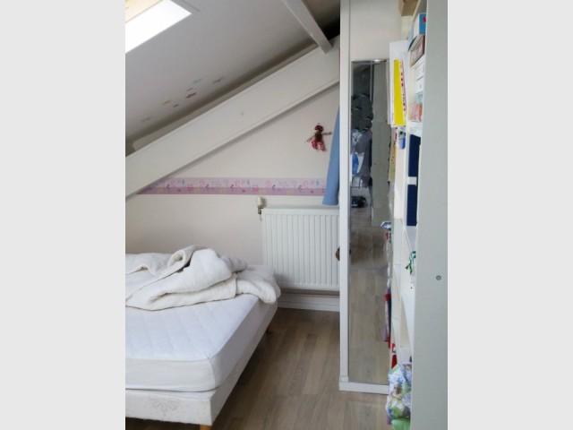 Une chambre sous les toits avec une colonne gênante - Salle de bains sous les toits