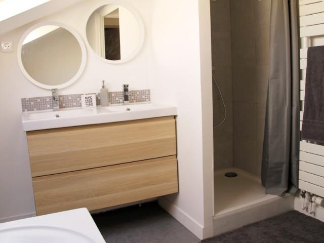Une salle de bains avec une douche au point de plus grande hauteur - Salle de bains sous les toits
