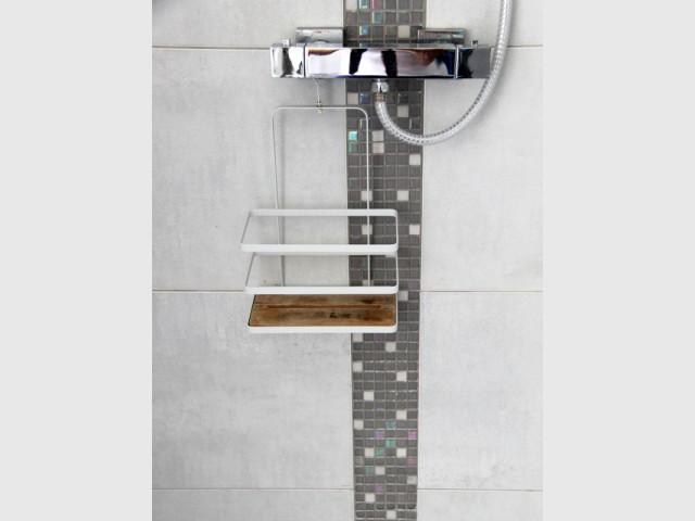 Carrelage gris et listel nacré pour un style contemporain - Salle de bains sous les toits
